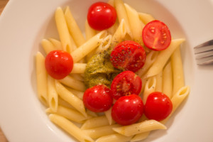 Lecker Nudeln mit Pesto und Tomaten - alles vegan!